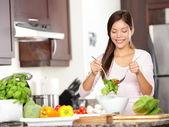 Vrouw maken salade — Stockfoto