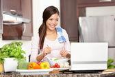 Frau mit computer kochen — Stockfoto