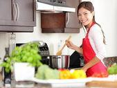 Mulher na cozinha a cozinhar — Foto Stock