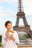 Paris woman and Eiffel Tower — Stock Photo