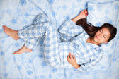 Woman sleeping in bed — Stockfoto