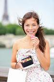 Parijs vrouw eten macaron — Stockfoto