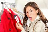 Winkelen vrouw geschokt over prijs — Stockfoto