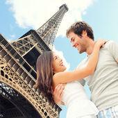 巴黎埃菲尔铁塔浪漫情侣 — 图库照片