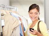 Compras de mulher moderna — Foto Stock