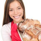 女性示す焼きたてのパン — Stock fotografie