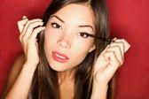 Maquiagem de rímel colocando mulher — Foto Stock