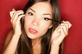 Maquillaje de rimel pone mujer — Foto de Stock