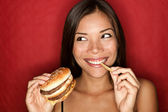 Donna di junk food mangiare hamburger — Foto Stock