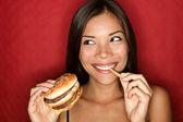 Nezdravé potraviny žena jíst hamburger — Stock fotografie