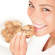 Beautiful woman eating chocolate chip cookie — Stock Photo