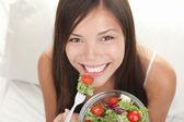 Frau essen salat — Stockfoto