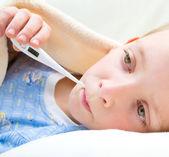 Krank und traurig kind im bett — Stockfoto