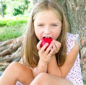 Portret little jabłko jedzenie dziewczyny — Zdjęcie stockowe