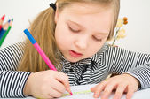 Retrato de niña dibujo con lápices de colores — Foto de Stock