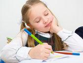 Schoolmeisje tekenen met potloden — Stockfoto