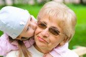 祖母孙女从获取一个吻 — 图库照片