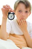 мальчик держит часы — Стоковое фото