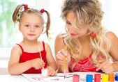 Criança com a mãe de pintura — Foto Stock