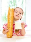 Meisje met melk — Stockfoto