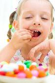 Meisje snoepjes eten — Stockfoto