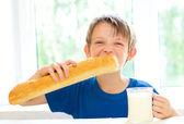 Junge mit milch und langen laib — Stockfoto