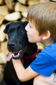 Baisers chien garçon — Photo