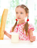 Niño bebiendo leche — Foto de Stock