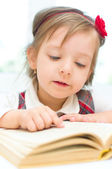Child is reading a book — Stock Photo