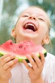 Niño comiendo sandía — Foto de Stock