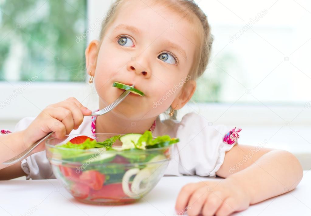 Niu00f1o comiendo ensalada de verduras u2014 Foto de stock u00a9 kolinko_tanya ...