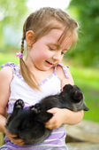 Kind bedrijf kitten — Stockfoto