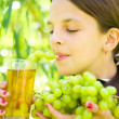 Girl holding grapes — Stock Photo