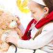 Child is examining her teddy bear — Stock Photo