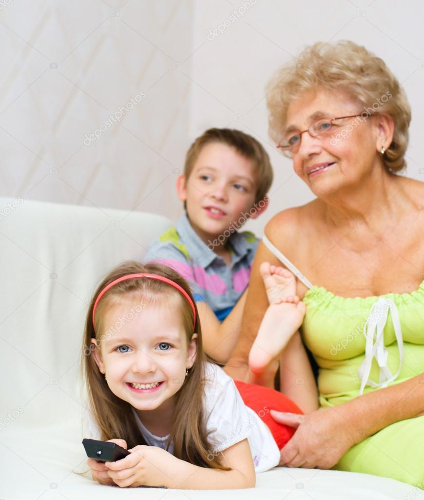 Сех бабушка с вунукам 3 фотография
