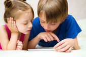 Kinder, die tabletts — Stockfoto