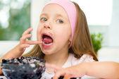 Kid with berries — Stock Photo