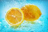 Limón en agua — Foto de Stock