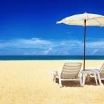 twee stoelen en parasol — Stockfoto