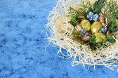 Złote czekoladowe jajka w gnieździe — Zdjęcie stockowe