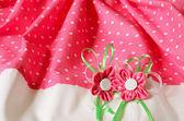 Sfondo tessuto con fiori artificiali — Foto Stock