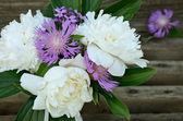 Bouquet of peonies and cornflowers on gray background — Stock Photo