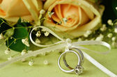 Bouquet of roses and wedding rings — Stock Photo