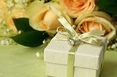 Nişan yüzüğü ve hediye kutusu — Stok fotoğraf