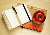 Notebooks und apple — Stockfoto