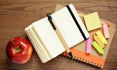 Cadernos, canetas, adesivos e apple — Fotografia Stock
