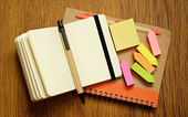 Zeszyty, długopisy, nalepki — Zdjęcie stockowe