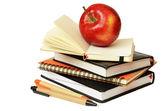 Cadernos, canetas e apple — Foto Stock