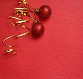 Röd bakgrund med julen bollar i ett hörn — Stockfoto