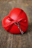 Red heart and key for valentine's day — Stockfoto